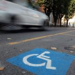 Strisce blu gratuite per i disabili e gli accompagnatori.